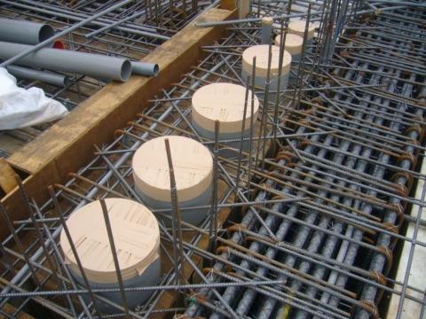 穿版套管,鋼筋角隅補強可防止地震力的破壞,減少龜裂的產生